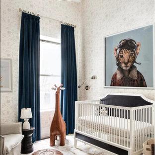 Diseño de habitación de bebé neutra actual con paredes blancas y suelo blanco