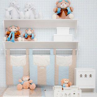 Modelo de habitación de bebé niño minimalista, extra grande, con paredes azules, moqueta y suelo beige