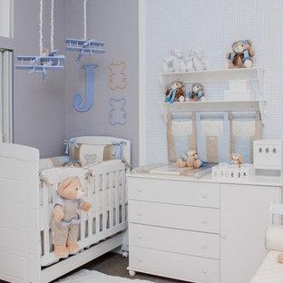 Idées déco pour une très grand chambre de bébé garçon moderne avec moquette, un sol beige et un mur gris.