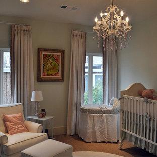 Modelo de habitación de bebé niña tradicional renovada de tamaño medio
