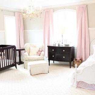 Modelo de habitación de bebé niña tradicional, grande, con paredes beige, moqueta y suelo blanco