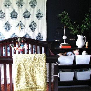 Modelo de habitación de bebé neutra ecléctica con paredes negras y moqueta