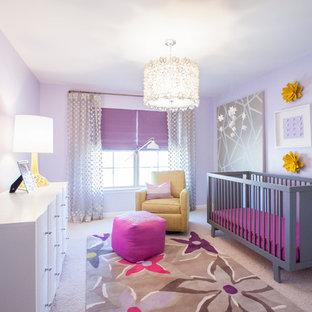 Imagen de habitación de bebé niña clásica renovada con paredes púrpuras, moqueta y suelo beige