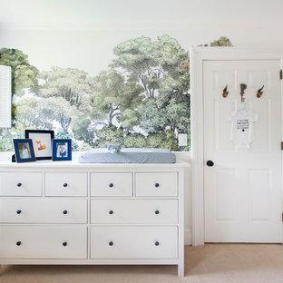 Diseño de habitación de bebé neutra tradicional con paredes multicolor, moqueta y suelo beige