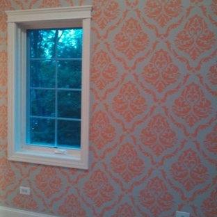 Réalisation d'une chambre de bébé fille victorienne de taille moyenne avec un mur orange, moquette et un sol beige.