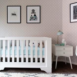 Foto de habitación de bebé neutra actual, pequeña, con paredes beige y moqueta