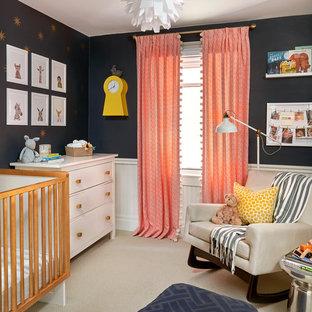 Imagen de habitación de bebé neutra clásica renovada con moqueta, suelo beige y paredes negras