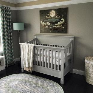 Idée de décoration pour une chambre de bébé neutre tradition de taille moyenne avec un mur gris et un sol en bambou.