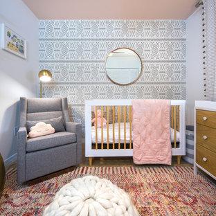 Foto de habitación de bebé niña actual, de tamaño medio, con paredes blancas y suelo de baldosas de porcelana