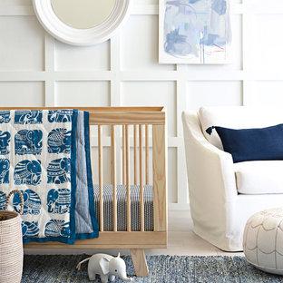 Cette photo montre une chambre de bébé moderne.