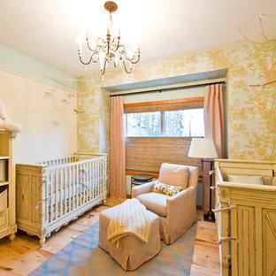 Foto di una cameretta per neonati neutra classica di medie dimensioni con pareti beige e parquet chiaro