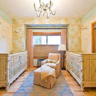 Aménagement d'une grand chambre de bébé neutre romantique avec un mur beige et un sol en bois clair.