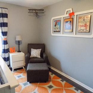 Cette photo montre une petit chambre de bébé garçon moderne avec un mur gris, sol en stratifié et un sol gris.