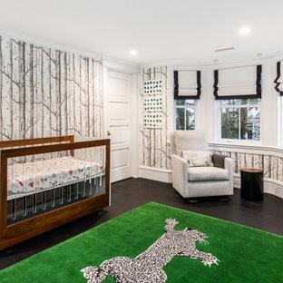 Réalisation d'une chambre de bébé garçon tradition de taille moyenne avec un mur multicolore, un sol en bois foncé et un sol noir.