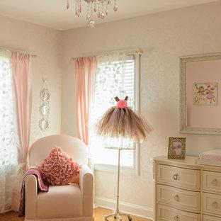 Aménagement d'une chambre de bébé fille classique de taille moyenne avec un mur beige, un sol en bois brun et un sol orange.