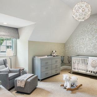 Idee per una cameretta per neonati neutra chic di medie dimensioni con pareti multicolore, moquette e pavimento beige