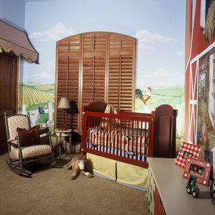 Ejemplo de habitación de bebé neutra de estilo de casa de campo con paredes multicolor y moqueta