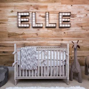 Ejemplo de habitación de bebé neutra clásica renovada con moqueta y suelo beige