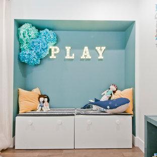 Modelo de habitación de bebé neutra clásica renovada, de tamaño medio, con paredes grises, suelo laminado y suelo marrón