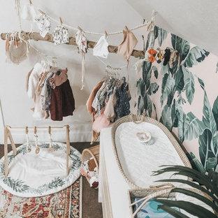Cette image montre une chambre de bébé vintage.