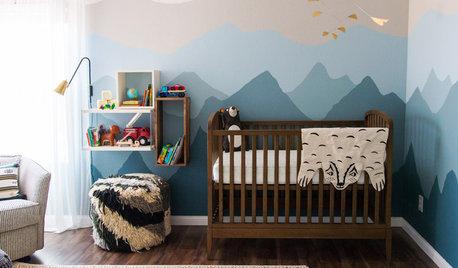 Ein Babyzimmer mit kühlen Bergzügen als Wandgemälde