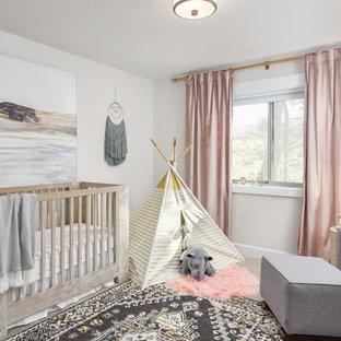 Foto de habitación de bebé niña clásica renovada con paredes grises, moqueta y suelo gris
