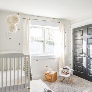 Diseño de habitación de bebé neutra clásica renovada, de tamaño medio, con paredes blancas, moqueta y suelo gris