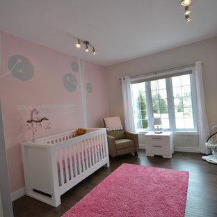 Réalisation d'une chambre de bébé fille minimaliste avec un mur rose.