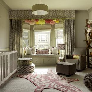 Diseño de habitación de bebé niña tradicional renovada, grande, con paredes beige y moqueta