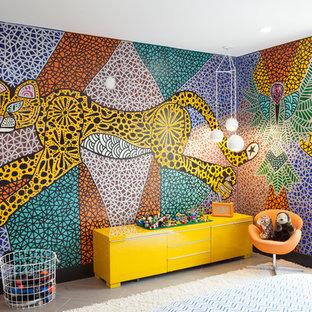 Idée de décoration pour une chambre de bébé neutre bohème de taille moyenne avec un mur multicolore, un sol en carrelage de porcelaine et un sol beige.