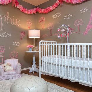 Imagen de habitación de bebé niña tradicional renovada, de tamaño medio, con paredes marrones y suelo de madera en tonos medios