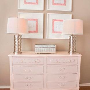Diseño de habitación de bebé niña clásica renovada, de tamaño medio, con paredes marrones y suelo de madera en tonos medios