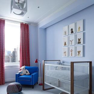 Cette image montre une chambre de bébé neutre traditionnelle avec un mur bleu et un sol bleu.