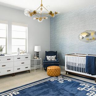 Foto de habitación de bebé clásica renovada con paredes azules, moqueta y suelo gris