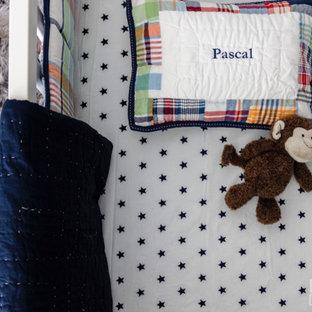 Diseño de habitación de bebé niño clásica renovada con paredes azules y suelo de mármol