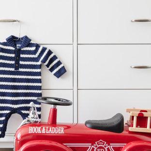 Idée de décoration pour une chambre de bébé garçon tradition de taille moyenne avec un mur bleu et un sol en marbre.
