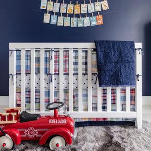 Inspiration pour une chambre de bébé garçon traditionnelle de taille moyenne avec un mur bleu et un sol en marbre.