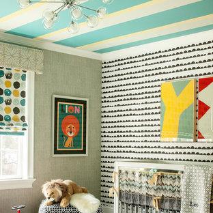 Modelo de habitación de bebé neutra actual, de tamaño medio, con paredes multicolor y suelo de madera oscura