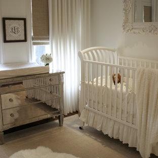 Foto di una cameretta per neonata classica con pareti bianche