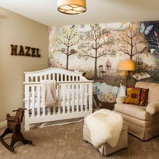 Idéer för lantliga babyrum, med beige väggar, heltäckningsmatta och beiget golv