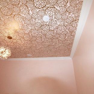 Idée de décoration pour une chambre de bébé fille tradition de taille moyenne avec un mur rose et moquette.