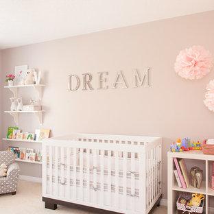 Idée de décoration pour une chambre de bébé fille design de taille moyenne.