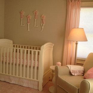 Diseño de habitación de bebé niña tradicional renovada, pequeña, con paredes beige y suelo de madera oscura