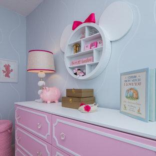 Esempio di una cameretta per neonata chic di medie dimensioni con pareti blu e moquette
