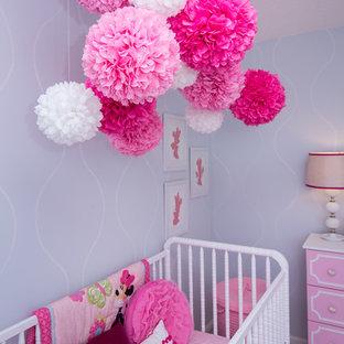 Cette image montre une chambre de bébé fille traditionnelle de taille moyenne avec un mur bleu et moquette.