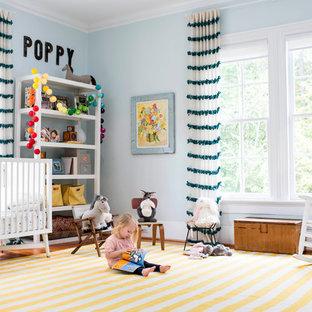 Réalisation d'une chambre de bébé neutre champêtre avec un mur bleu et un sol jaune.