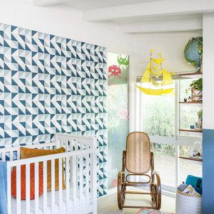 Modelo de habitación de bebé niño vintage, de tamaño medio, con paredes azules, moqueta y suelo gris