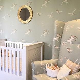 Ispirazione per una cameretta per neonati neutra chic di medie dimensioni con pareti verdi, pavimento con piastrelle in ceramica e pavimento beige