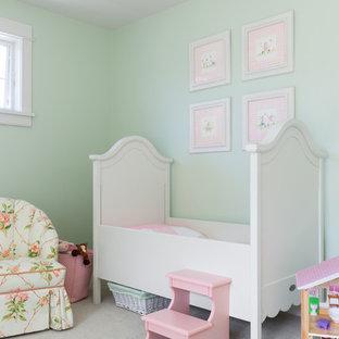 Inredning av ett modernt mellanstort babyrum, med gröna väggar, heltäckningsmatta och grått golv