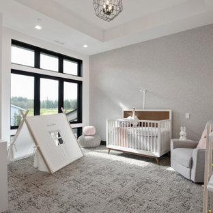Idee per una cameretta per neonata minimal di medie dimensioni con pareti grigie, moquette, pavimento grigio, soffitto ribassato e carta da parati